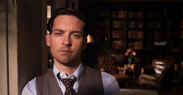 o-ator-tobey-maguire-interpreta-o-escritor-nick-carraway-narrador-de-o-grande-gatsby-e-vizinho-do-personagem-titulo-do-filme-baseado-no-livro-de-f-scott-fitzgerald-1370388212491_956x500